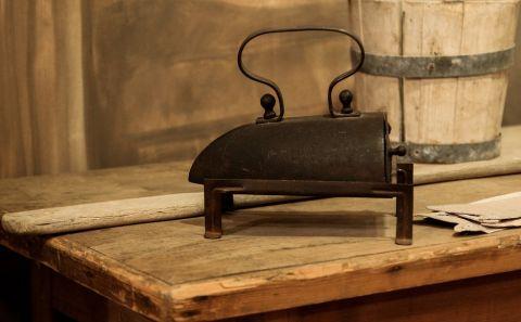 Antikes Bügeleisen Geschichte